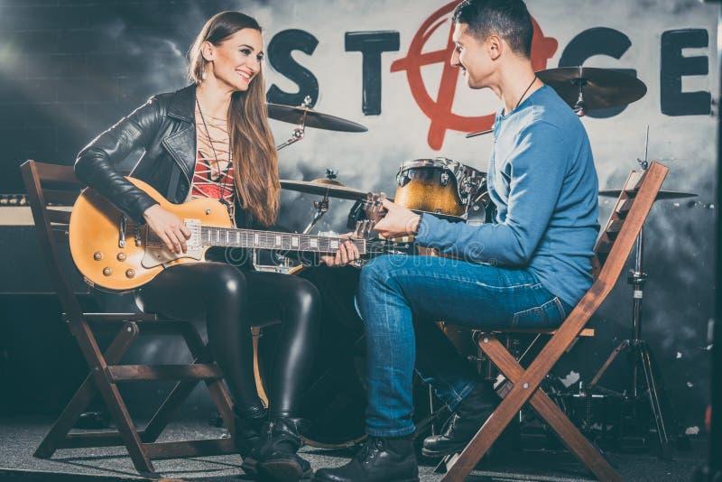 采取与音乐教师的妇女吉他教训 免版税图库摄影