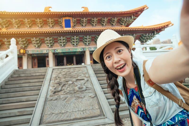 采取乐趣selfie的愉快的亚裔游人 免版税图库摄影