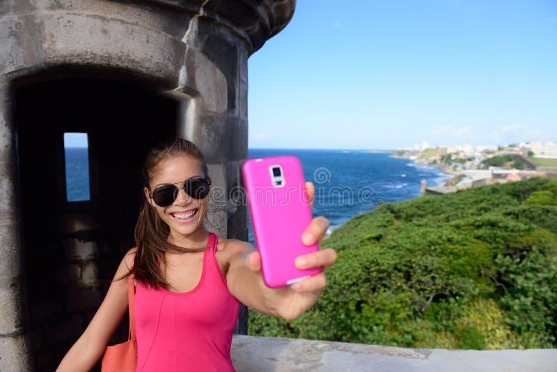 采取乐趣selfie的游人在圣胡安地标 免版税库存照片