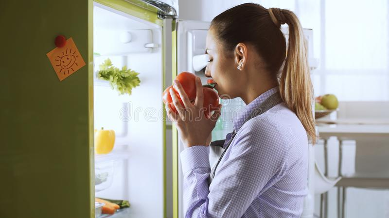 采取从冰箱的妇女健康菜 免版税库存照片