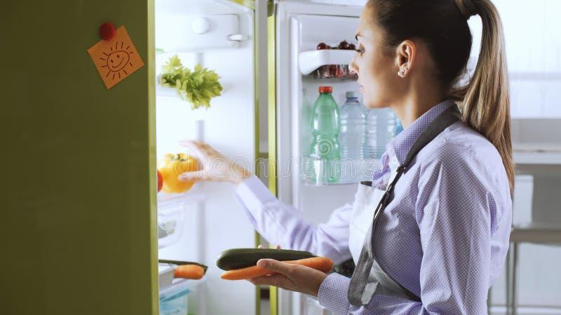 采取从冰箱的妇女健康菜 图库摄影