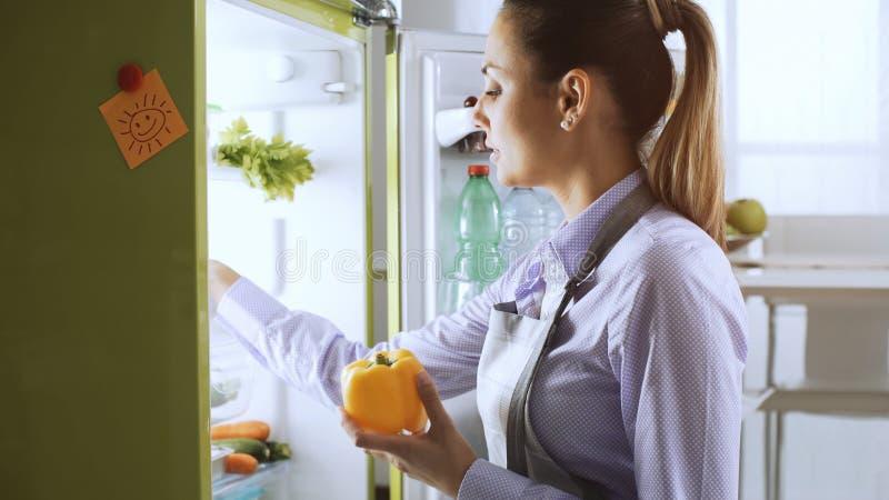 采取从冰箱的妇女健康菜 免版税库存图片