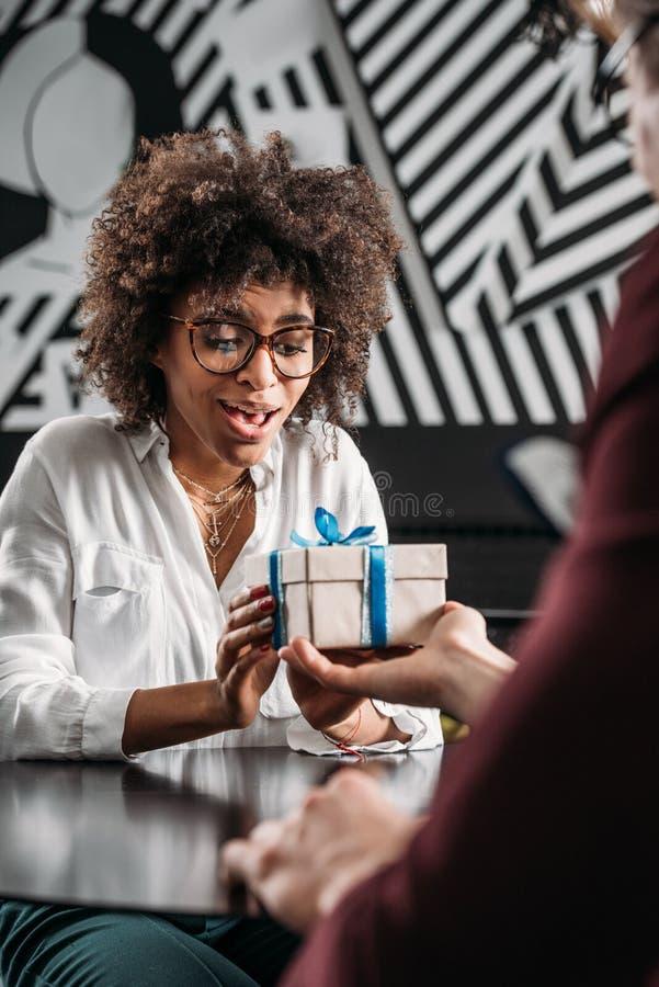 采取从男朋友的惊奇的非裔美国人的妇女周年礼物 库存照片