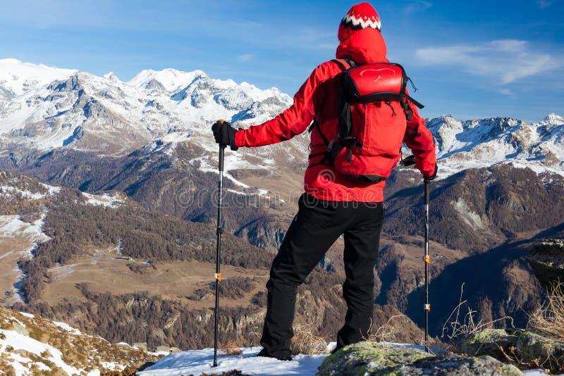 采取休息敬佩山风景的远足者 杜富尔峰M 免版税图库摄影