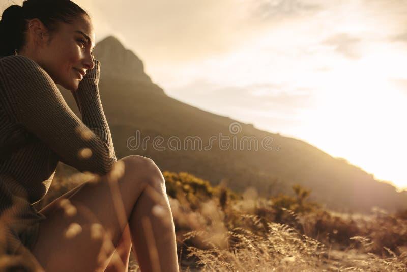采取休息的女性游人在国家步行以后 免版税图库摄影