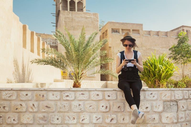 采取休息的年轻旅游妇女在观光期间 免版税库存照片