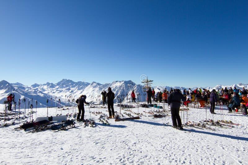 采取休息的滑雪者 免版税图库摄影