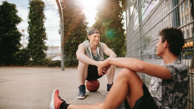 采取休息的Streetball球员在打比赛以后 免版税库存照片