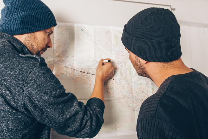 采取关于地图的强盗笔记 免版税库存照片