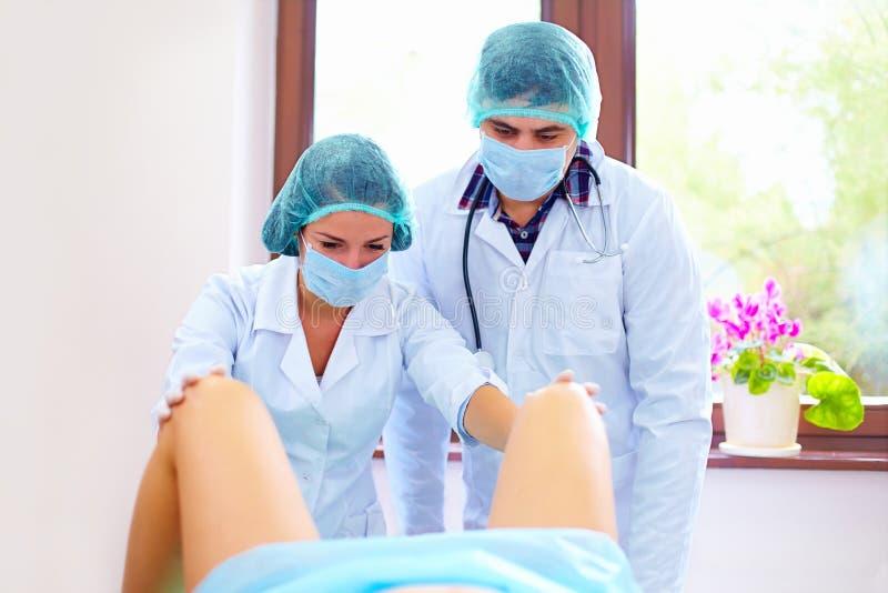 采取分娩的医生在医院 库存图片