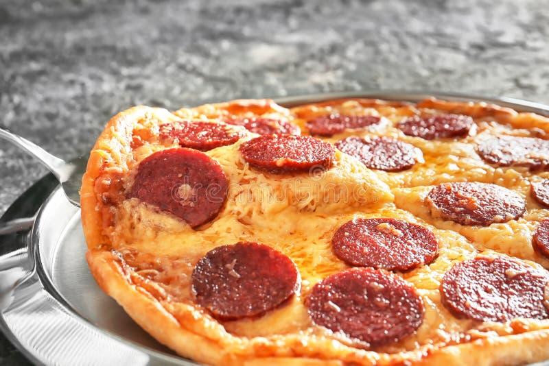 采取切片从板材的鲜美比萨,特写镜头 免版税库存照片