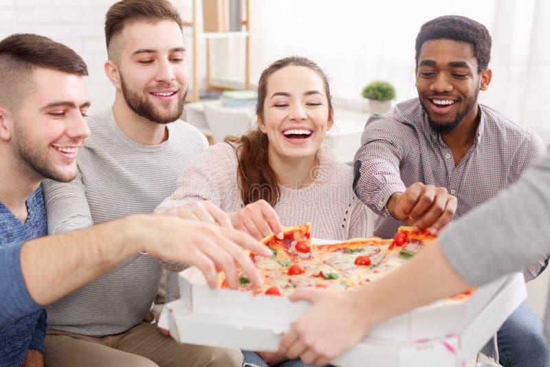 采取切片从纸板箱的热的比萨的朋友 免版税库存图片