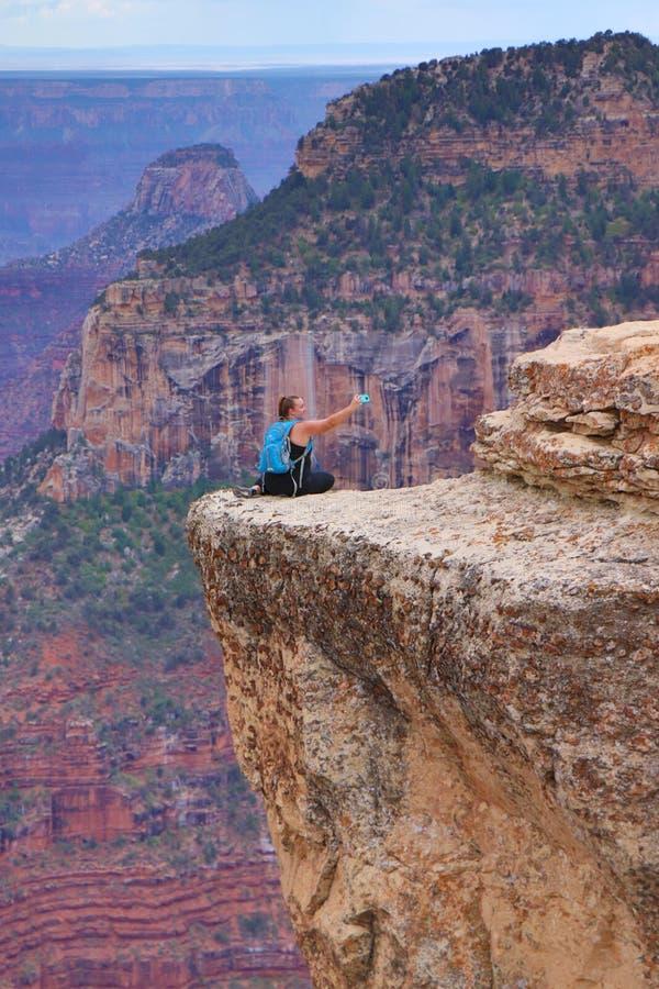 采取危险selfie的人在大峡谷,亚利桑那,美国 免版税库存照片