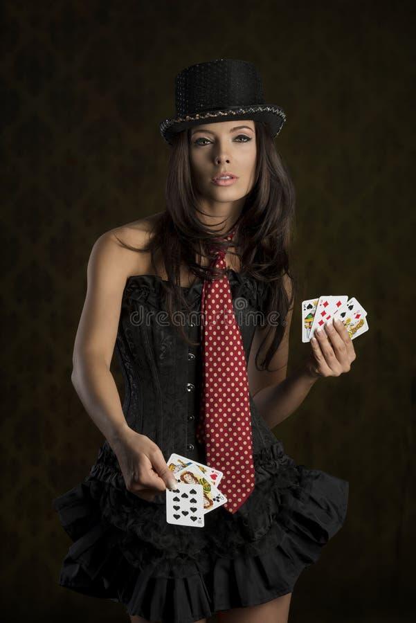采取啤牌卡片的迷人的夫人 库存照片