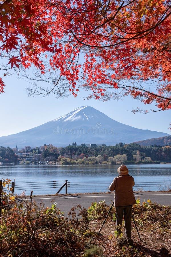 采取图片五颜六色的秋天季节和山的摄影师 免版税图库摄影