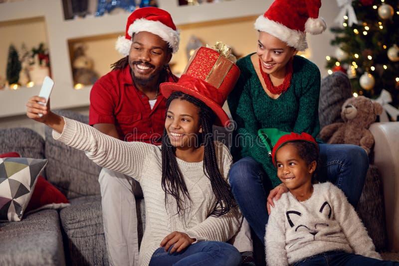 采取圣诞节的非洲家庭selfie 免版税库存图片