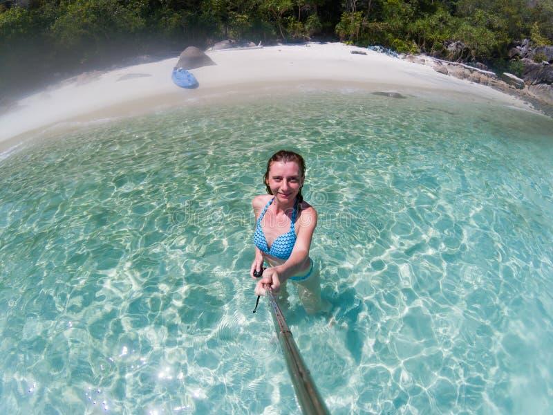 采取在一个孤立海滩的妇女一selfie在安达曼海酸值Lipe -独奏旅行 免版税库存照片
