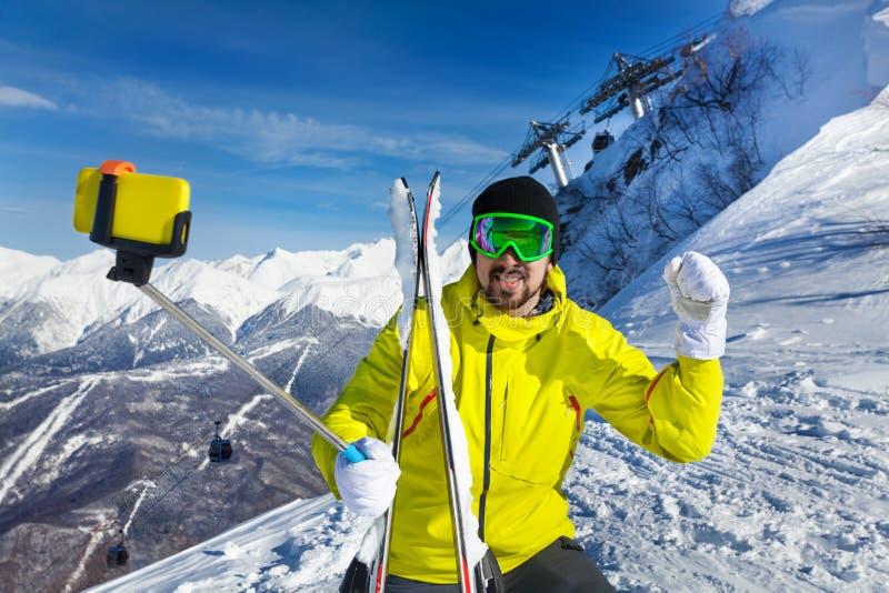 采取在山的愉快的滑雪者人selfie 免版税库存图片