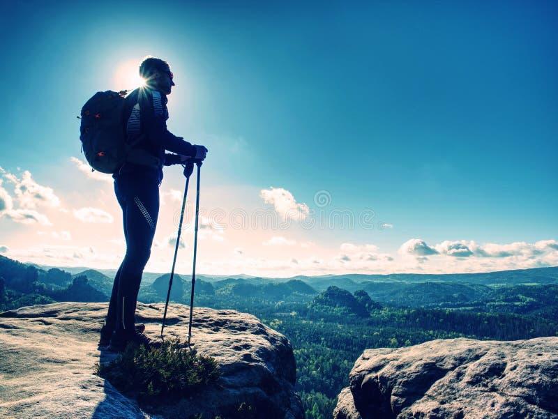 采取在山的高人游览 山徒步旅行者 免版税库存图片