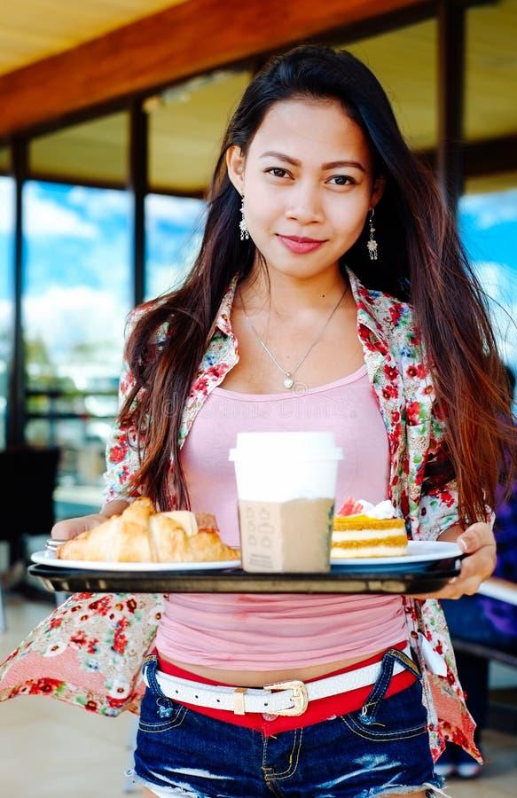 采取在户外咖啡馆的美丽的女孩午休夏日 免版税库存图片