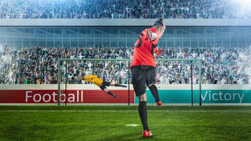 采取在拥挤体育场的女性足球运动员惩罚 免版税库存照片