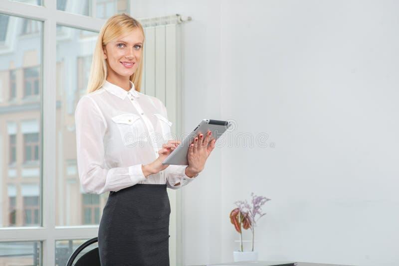 采取在片剂的成功的女实业家或企业家笔记 免版税库存照片