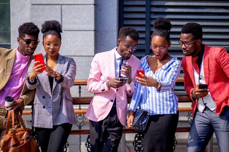 采取在现代大厦前面的非洲青年人一selfie 库存照片