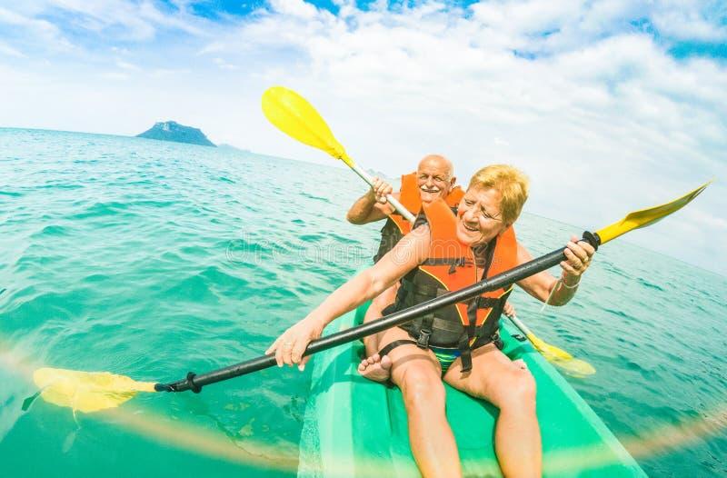 采取在皮船的资深愉快的夫妇旅行selfie在Ang皮带m 免版税库存照片