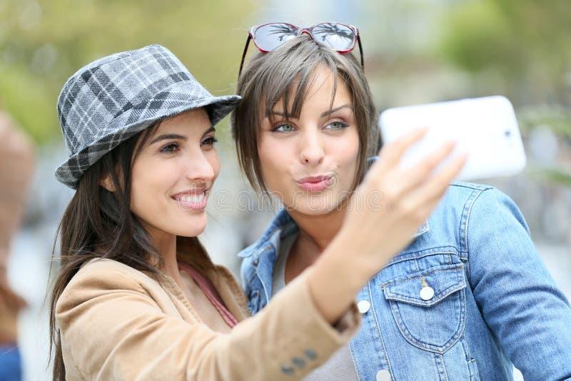 采取在街道的Grifriends selfie 库存图片