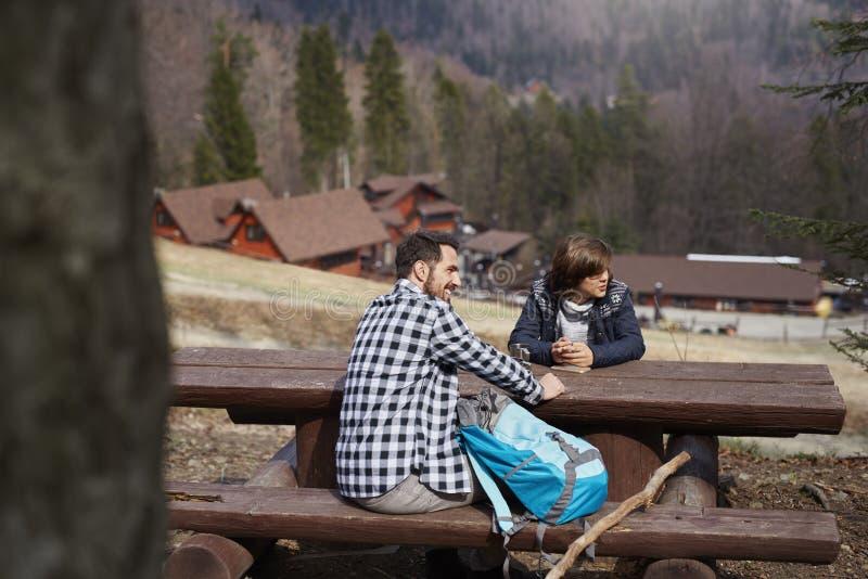 采取在避难所的愉快的徒步旅行者一个休息 库存照片