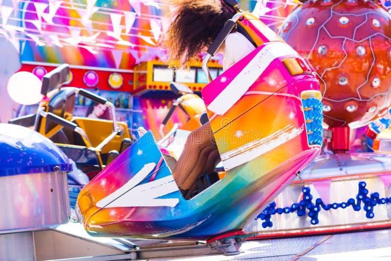 采取在霹雳舞转盘的女孩乘驾在莉娜公园,游艺集市 免版税库存照片
