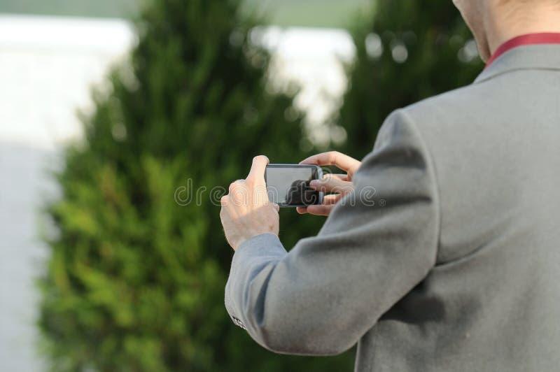 采取在移动电话的照片 免版税图库摄影