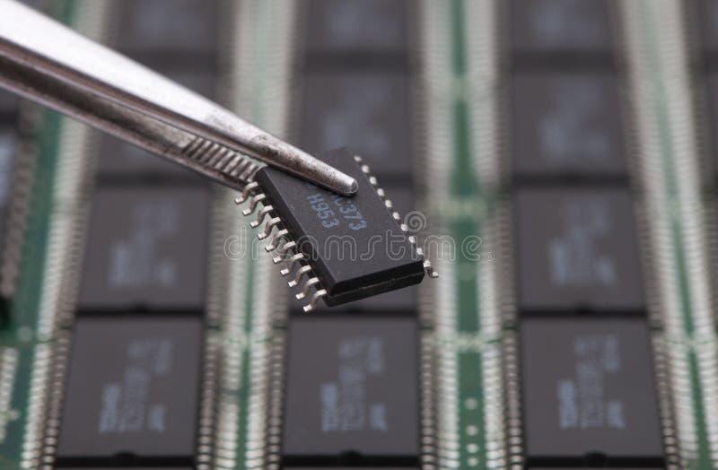 采取在PCB的集成电路 免版税库存照片