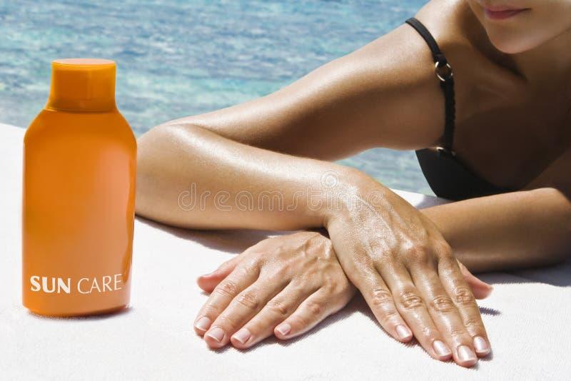 采取妇女的美好的sunbath 免版税库存图片