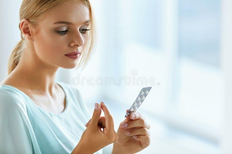 采取妇女的医学 有药片组装的美丽的女孩与药片 库存照片