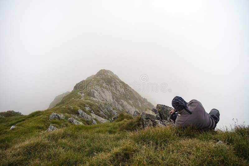 采取射击的摄影师在美好的mountaineous大局 免版税库存图片
