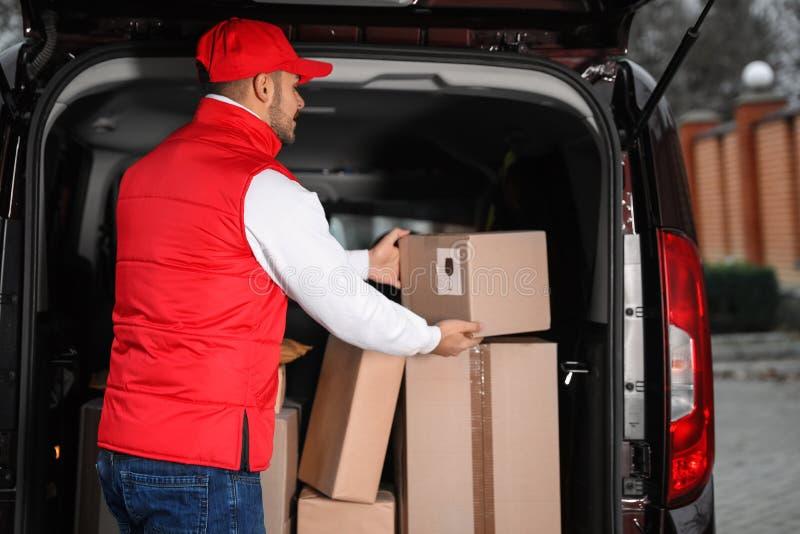采取小包的制服的送货员 免版税图库摄影