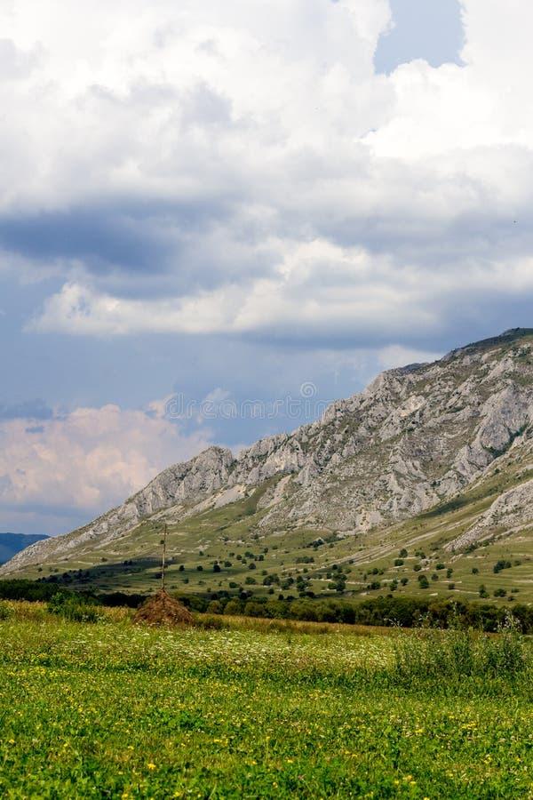 采取山旁边风景的呼吸 免版税库存照片