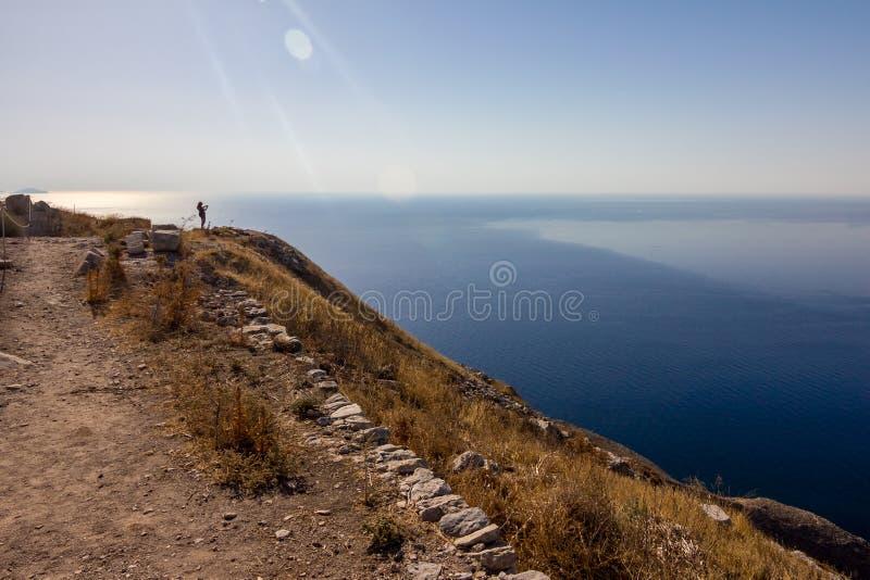 采取快照,圣托里尼,希腊的女性游人 库存照片