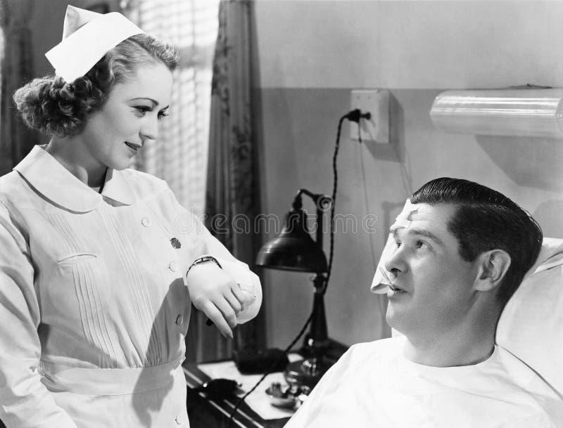 采取患者温度的护士(所有人被描述不更长生存,并且庄园不存在 供应商保单ther 库存照片