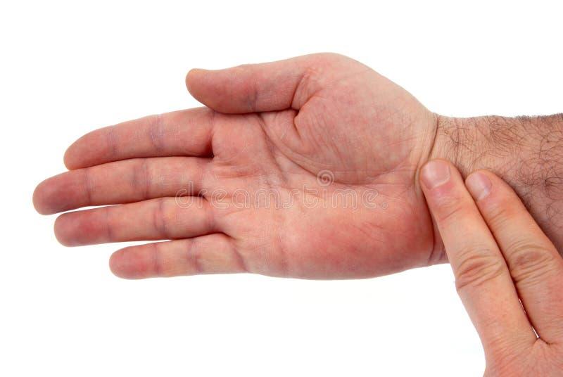 采取您的在您的腕子的脉冲 免版税库存图片