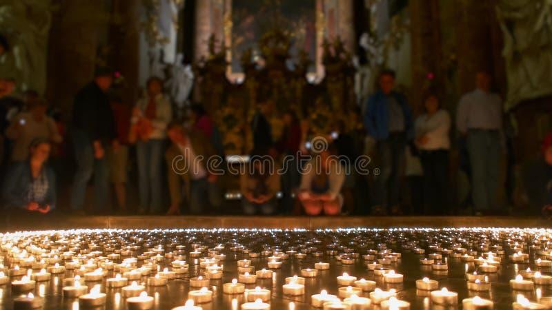 采取所有被点燃的光的基督徒人民 免版税库存照片
