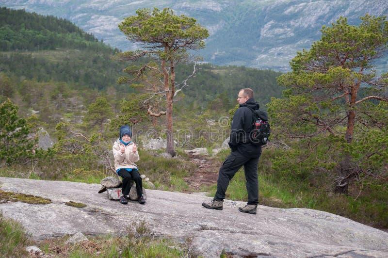采取止步不前的远足者 免版税库存照片