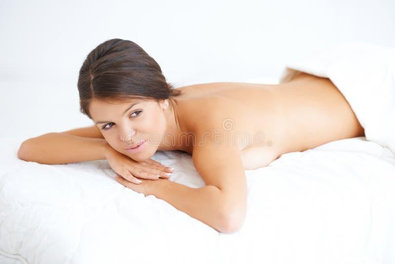 采取温泉治疗的愉快的少妇 免版税库存图片