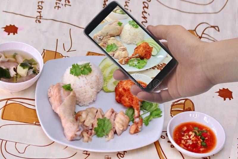 采取照片放出的油腻的鸡米盘对份额 选择聚焦 免版税库存图片