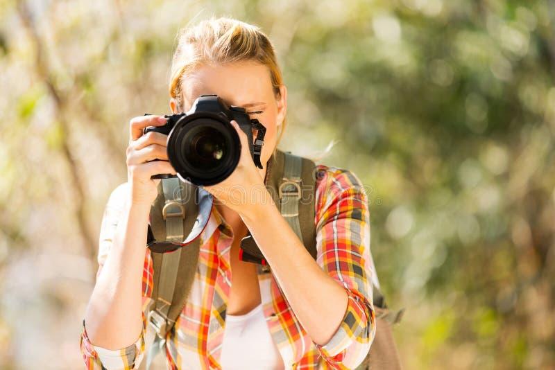 采取照片森林的妇女 免版税库存图片