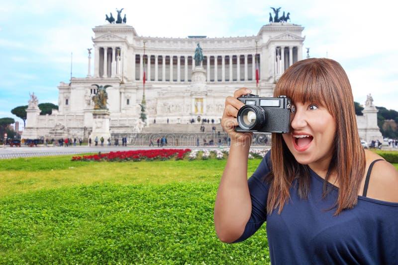采取照片纪念碑胜者以马内利II罗马意大利的妇女 库存照片