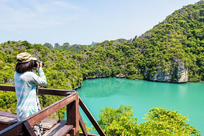 采取照片蓝色盐水湖的妇女游人 图库摄影