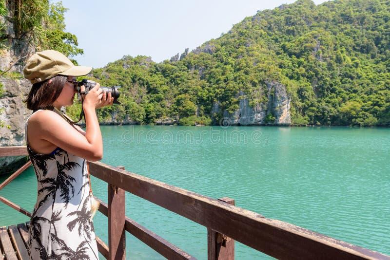 采取照片蓝色盐水湖的妇女游人 免版税库存图片