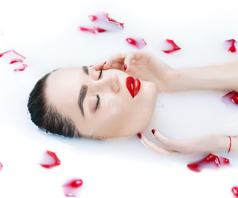 采取牛奶浴、温泉和skincare的美丽的时装模特儿女孩 库存照片